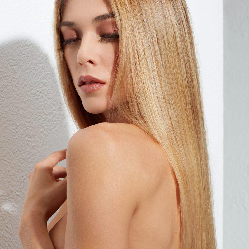 BLOND SECRET Une technique de coloration dédiée aux blondes qui apporte un éclaircissement naturel pour des cheveux éclatants et pleins de reflets.