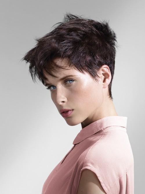 Coiffage : Une coiffure plus rock travaillée aux doigts avec la Pâte Matifiante Intermède pour un effet savamment décoiffé.