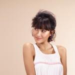 COIFFAGE Pour ce look espiègle, les cheveux sont ramassés vers l'arrière et attachés pour une summer touch très fraîche.
