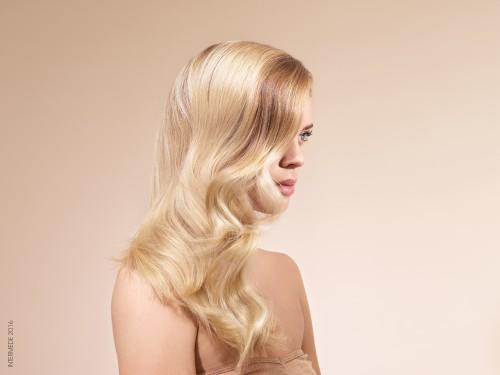 COIFFAGE Les coiffage est réalisé au fer à boucler, avec la Crème Perfecteur de Boucles Intermède Professionnel, puis les cheveux sont brossés pour sublimer leur brillance.
